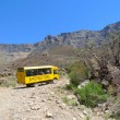 Foto Stock: Tour bus climbing at Sani Pass trail between South Africand Lesotho