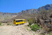 Tourbus klimmen sani pass pad tussen Zuid-Afrika en lesotho — Stockfoto