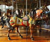 Cavalos em um carrossel tradicional parque de diversões — Foto Stock