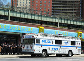 NYPD officers next to mobile command post in Brooklyn, NY — Stock Photo