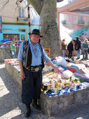 Street vendor dressed as gaucho offers souvenirs in La Boca area of Buenos Aires — Stock Photo
