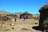 萨尼 · 不明的家庭传递莱索托 — 图库照片