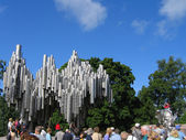 Tourists in front of Jean Sibelius Monument in Helsinki, Finland — Stock Photo