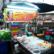 Unidentified street food vendor at the night market in Bangkok — Stockfoto