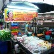 Unidentified street food vendor at the night market in Bangkok — Stock fotografie