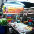 oidentifierade gata mat leverantör på nattmarknaden i bangkok — Stockfoto