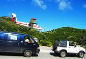 Dramatic Winair plane landing at St Barts airport — Stock Photo