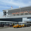 Queen mary 2 kryssningsfartyg dockad på brooklyn cruise terminal — Stockfoto