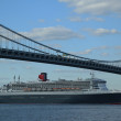 Queen Mary 2 cruise ship in New York Harbor under Verrazano Bridge heading for Transatlantic Crossing from New York to Southampton — Stock Photo