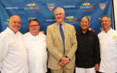 Celebrity chefs David Burke, Tony Mantuano , Masaharu Morimoto and Jim Abbey with USTA Executive Director Gordon Smith during US Open food tasting preview — Stock Photo