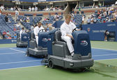 US Open cleaning crew drying tennis court after rain delay at Arthur Ashe Stadium — Stock Photo