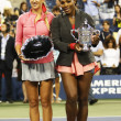 US Open 2013 champion SerenWilliams and runner up VictoriAzarenkholding US Open trophies after final match at Billie JeKing National Tennis Center — Stockfoto #31074489