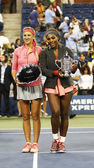US Open 2013 champion Serena Williams and runner up Victoria Azarenka holding US Open trophies after final match at Billie Jean King National Tennis Center — Stock Photo