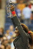 US Open 2013 champion Serena Williams holding US Open trophy after her final match win against Victoria Azarenka at Billie Jean King National Tennis Center — Stock Photo