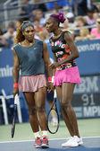 大满贯冠军瑟琳娜威廉斯和维纳斯 · 威廉姆斯在第一回合双打匹配在我们打开 2013年 — 图库照片