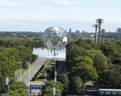 South gate at USTA Billie Jean King National Tennis Center and 1964 New York World s Fair Unisphere in Flushing Meadows Park during US Open 2013 — Stock Photo