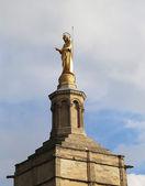 在巴黎圣母院贵妇 des 的圆顶大教堂在法国阿维尼翁的教皇宫殿附近的圣玛利亚雕像。 — 图库照片