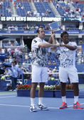 US Open 2013 men doubles champions Radek Stepanek from Czech Republic and Leander Paes from India during trophy presentation — Stock Photo