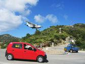 Risky plane landing at St Barts airport — Stock Photo