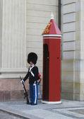 Koninklijke garde bewaken amalienborg kasteel in kopenhagen, denemarken — Stockfoto
