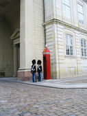 Royal Guard guarding Amalienborg Castle in Copenhagen, Denmark — Stock Photo