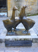 Bronze geese statue by Francois-Xavier Lalanne in Sarlat, France — Stock Photo