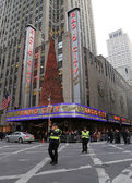 NYPD officers regulate traffic during gridlock near New York City landmark Radio City Music Hall — Stock Photo