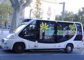 New shuttle bus Cutyzen in medieval part of Avignon, France — Stock Photo