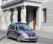 The Austrian Federal Police car next to Austrian Parliament building in Vienna — Stock Photo