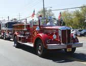 1950 Mack fire truck from Huntington Manor Fire Department leading firetrucks parade in Huntington, New York — Stock Photo