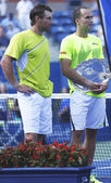US Open 2013 men doubles runner ups Alexander Peya from Austria and Bruno Soares from Brazil during trophy presentation at Billie Jean King National Tennis Center — Stock Photo