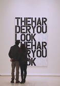 Couple in Solomon R Guggenheim Museum of modern and contemporary art in New York during Christopher Wool exhibition — Stock Photo