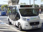 новый cutyzen автобус трансфер в средневековой части города авиньон, франция — Стоковое фото