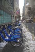 Citi велосипед станции под снегом возле Таймс-сквер в Манхэттене — Стоковое фото