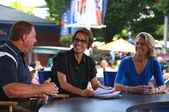 American sportscaster Mary Carillo with guests during US Open 2013 at Billie Jean King National Tennis Center — Stock fotografie