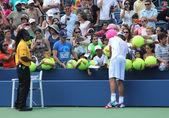 Grand slam campeón andy roddick firma autógrafos después de la práctica para nosotros abrir 2012 en rey de billie jean centro nacional del tenis — Foto de Stock