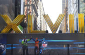 Seattle Seahawlks and Denver Broncos fans posing for picture next to Roman Numerals on Broadway during Super Bowl XLVIII week in Manhattan — Stock Photo