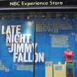 NBC Experience Store window display decorated with Late Night with Jimmy Fallon logo in Rockefeller Center in Midtown Manhattan — Stock fotografie #40200139