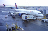 Delta Airlines Boeing 757 aircraft at the gate at John F Kennedy International Airport — Foto de Stock