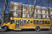 School bus in the front of public school in Brooklyn — Stock Photo
