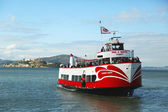 Red and White Fleet boat docking at Pier 43 in Fisherman's Wharf , San Francisco — Stock Photo