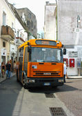 Local bus at the narrow streets of Capri, Italy — Stock Photo