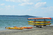 Sea kayaks ready for tourists on land bridge on low tide between Bar Harbor and Bar Island — Stock Photo