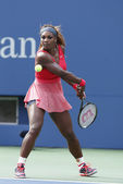 Sixteen times Grand Slam champion Serena Williams during fourth round match at US Open 2013 against Sloane Stephens — Zdjęcie stockowe
