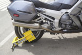 Wheel lock on an illegally parked motorcycle in Manhattan — Stok fotoğraf
