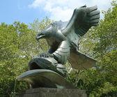 Bronze eagle designed by Albino Manca of the East Coast Memorial in memory of combat in the vast Atlantic Ocean during World War 2 in Lower Manhattan — Stock Photo