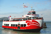 Red and White Fleet boat docking at Pier 43 in Fisherman's Wharf — Stock Photo