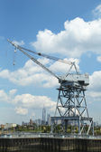 Dockside crane in Red Hook section of Brooklyn with the view of Freedom Tower and downtown Manhattan — Stock Photo