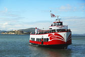 Red and White Fleet boat docking at Pier 43 in Fisherman s Wharf — Stock Photo