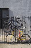Oude fietsen geparkeerd en vergrendeld naar metalen gate in brooklyn, new york — Stockfoto